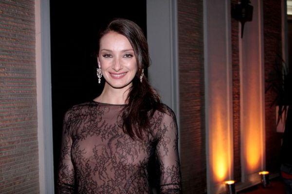 Com vestido ousado, Sabrina Parlatore deixa seio à mostra