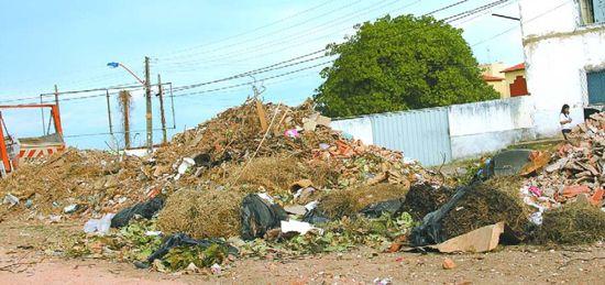 Prefeitura e construtora brigam por entulho acumulado de obra na Z.Sul