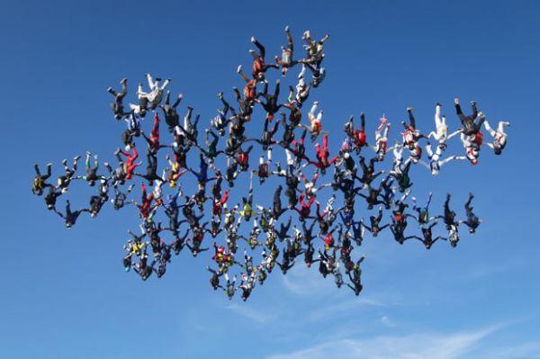 Americanos batem recorde de salto simultâneo de paraquedas