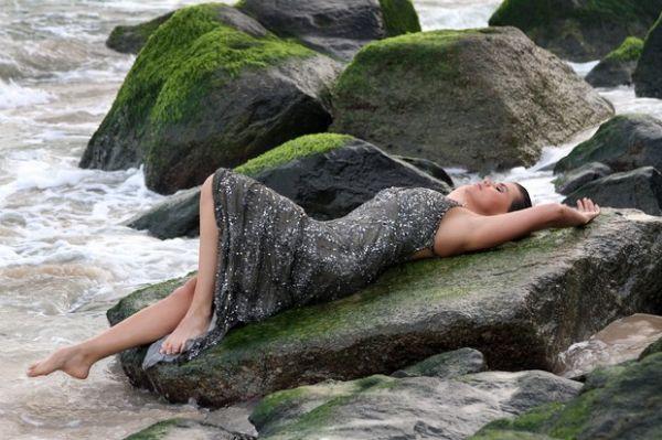 Ex-bailarina do Faustão encarna sereia fashion em praia de nudismo