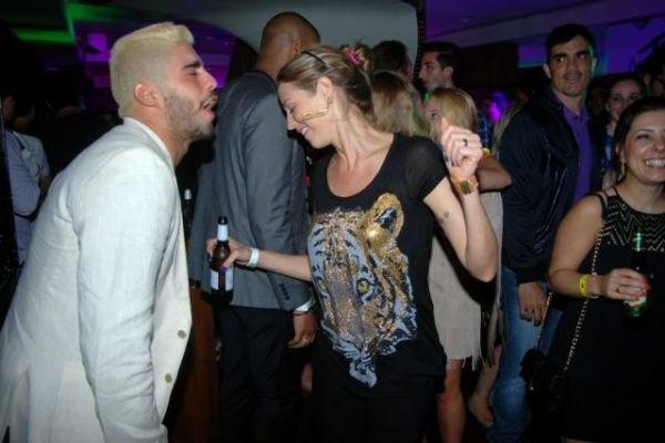 Luana Piovani e Pedro Scooby trocam beijos em balada de Londres