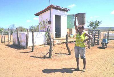 Seca: Agricultores têm que caminhar longas distâncias atrás de água