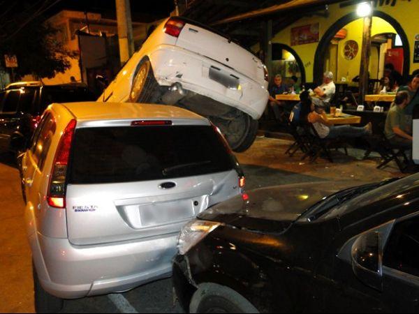Motorista perde controle do veículo ao dar ré e atinge moto e mais 5 carros
