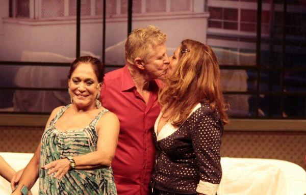 Ator Miguel Falabella beija Suzana Vieira na boca