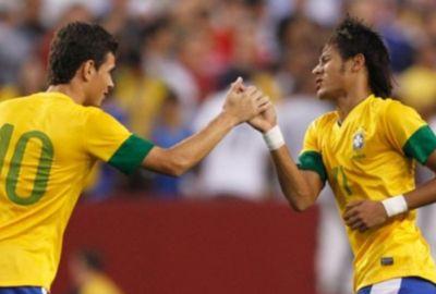 Oscar tenta levar Neymar para jogar no Chelsea, diz jornal inglês
