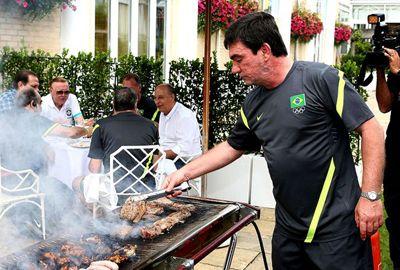 De volta a St. Albans, Seleção comemora vaga com churrasco
