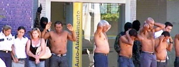 Imagens mostram ação de quadrilha e reféns durante assalto a banco