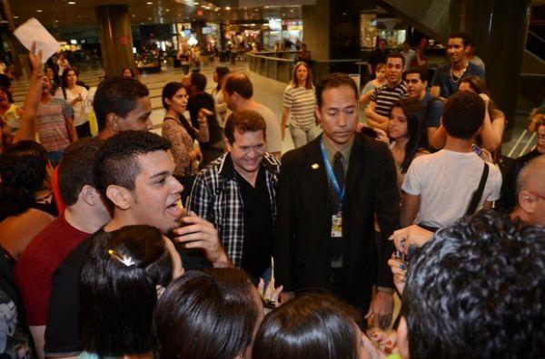 Joelma e Chimbinha são rodeados por fãs antes de ir para Europa