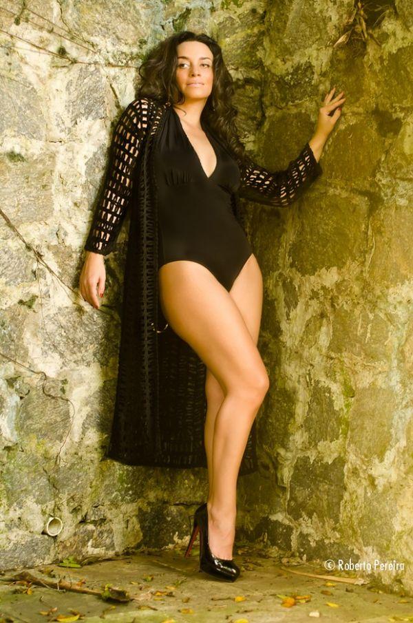 Suzana Pires mostra pernão em fotos para grife de roupas