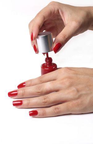 Homens acham sexy mulheres com esmalte vermelho nas mãos