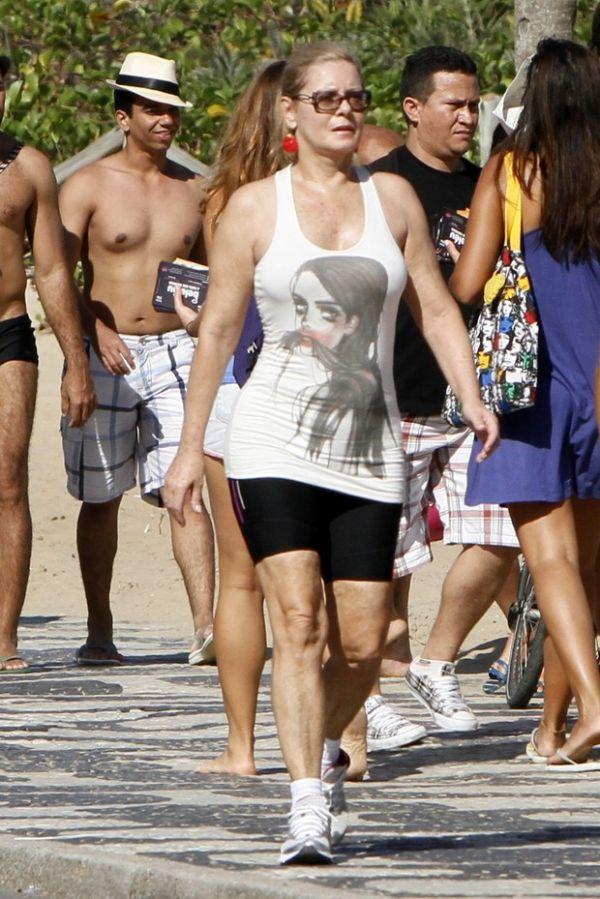 Mais magra, Vera Fischer caminha na orla do Rio