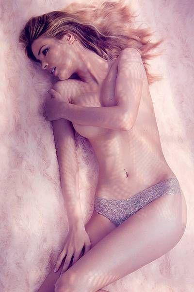 Yasmin Brunet posa só de calcinha e diz que não se acha sexy