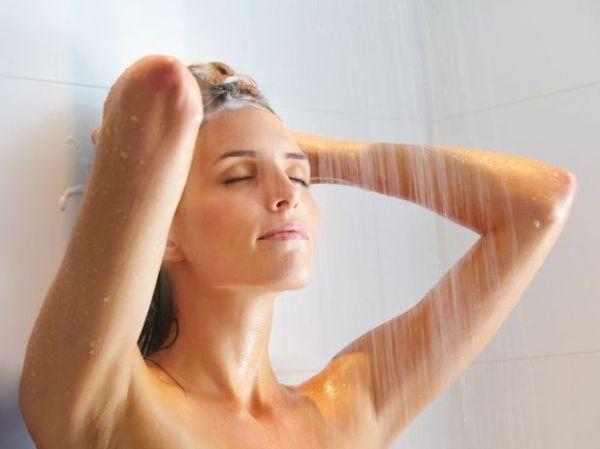 Da bucha à água morna: cuide da pele no banho com 5 dicas