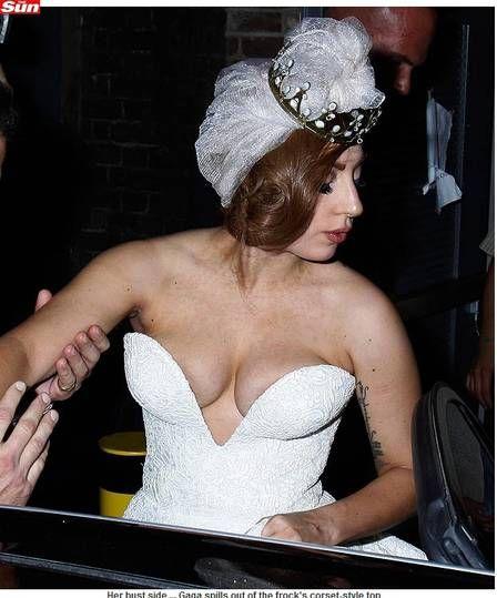 Lady Gaga cai na noite com vestido de noiva na Inglaterra
