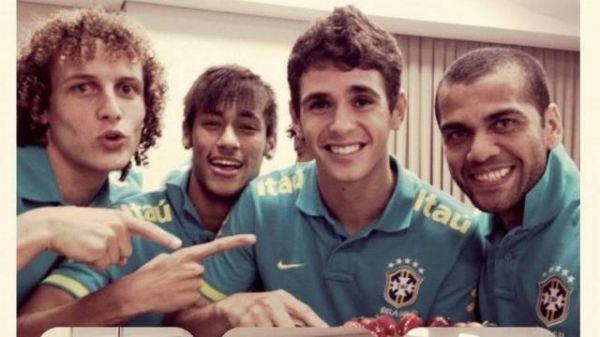 Oscar ganha festinha de 21 anos na concentração da Seleção