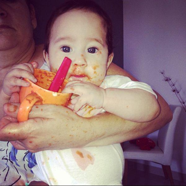 Perlla posta foto da filha toda lambuzada durante o almoço