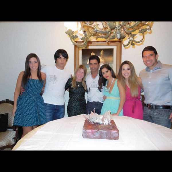 Zilu Camargo posta foto da família reunida: