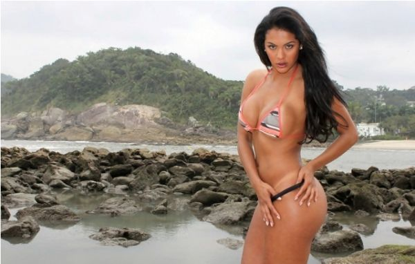 Candidata Miss Bumbum posa na praia com