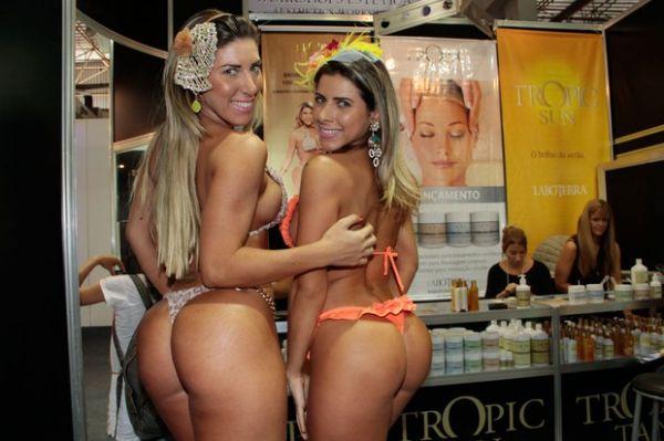 Com biquininho, Tatiane e Ana Paula Minerato mostram bronzeado artificial