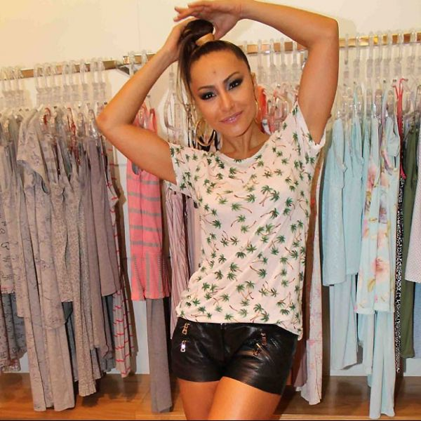Com microshort, Sabrina Sato participa de evento de moda