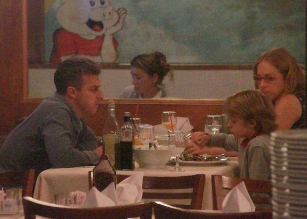 Na reta final da gravidez, Angélica janta com Luciano Huck e filhos