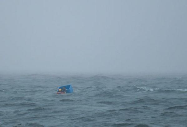 Náufrago sobrevive em mar aberto agarrado a engradado de peixe
