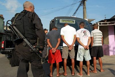 Polícia prende doze suspeitos pela morte de grupo de 6 jovens