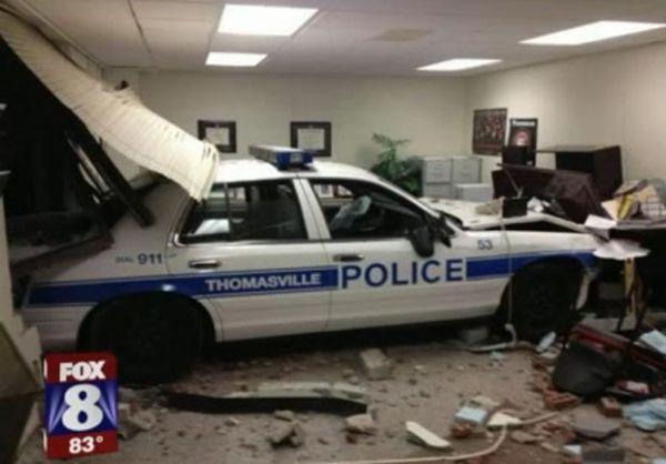 Policial perde controle do carro patrulha e destrói sala de escola