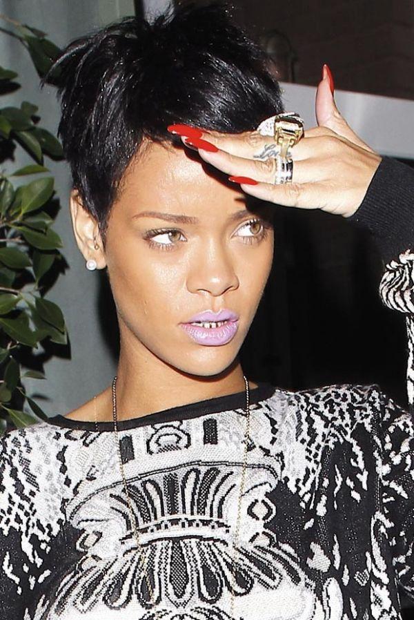 É ouro! Rihanna vai a restaurante usando dentadura dourada