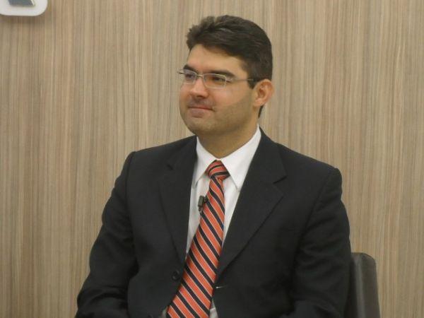 Deputados que apoiam candidatos a prefeito trocam farpas em debate