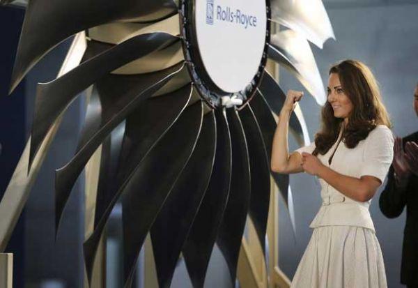 Kate vai a fábrica de turbinas e mostra o muque em Cingapura