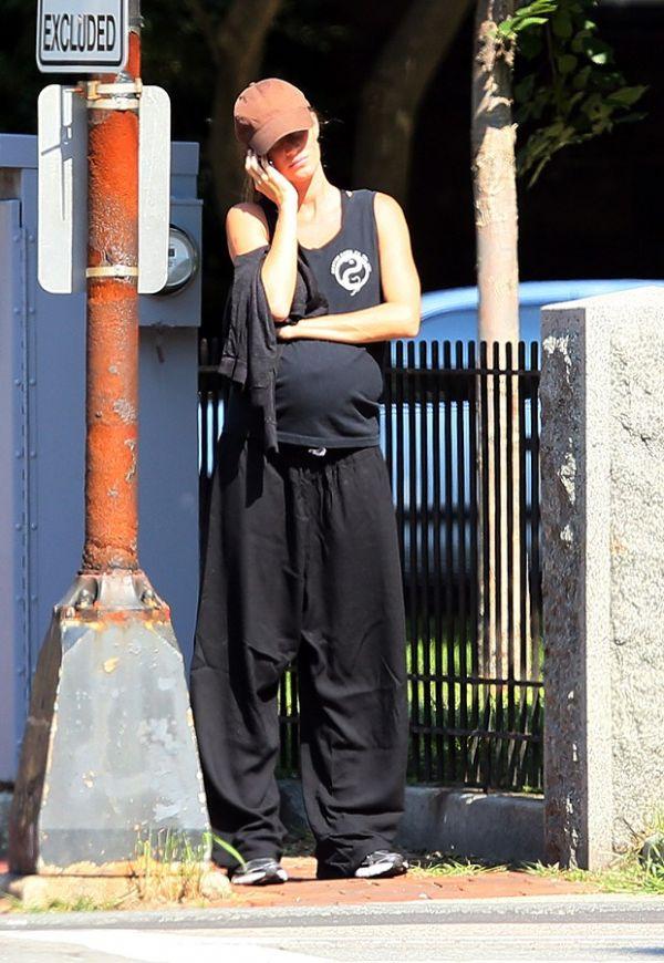 Gisele Bündchen usa estilo largadona e utiliza barriguinha grávida de apoio