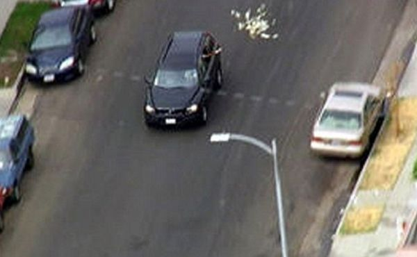 Ladrões jogam dinheiro pelo vidro do carro durante fuga da polícia
