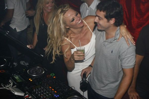 Com caipirinha na mão e soltinha, Pamela Anderson se diverte no Rio