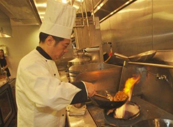 Garçons processam restaurante por servir artistas que fumavam maconha