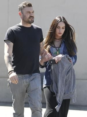 Grávida e ao lado do marido, Megan Fox esconde barriga
