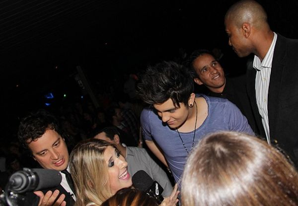Luan Santana troca carinhos e beijos com morena em casa de show