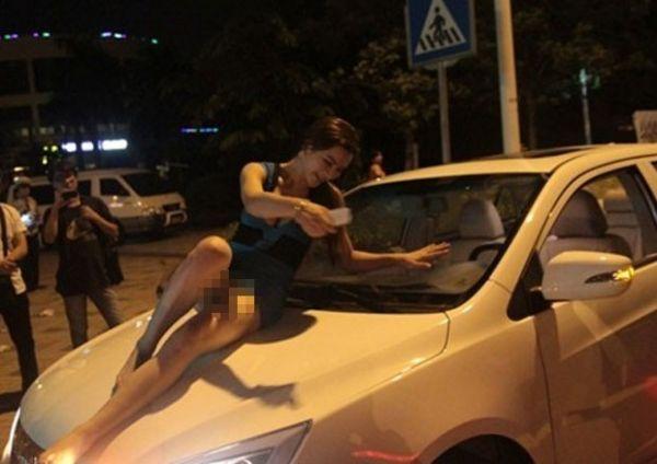 Mulher bêbada sobe no capô e desafia policial na China