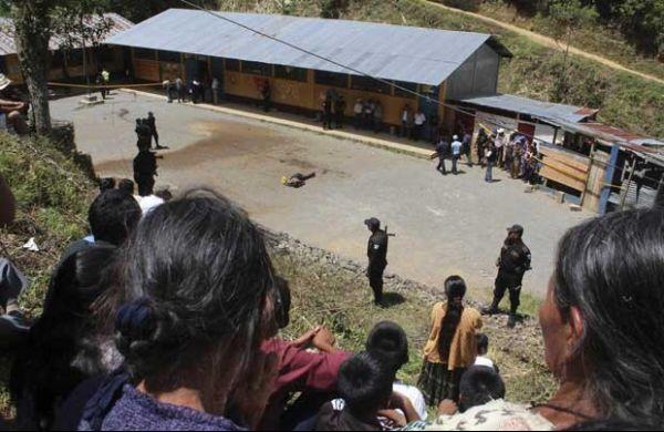 Professores e pais lincham acusado de matar duas crianças
