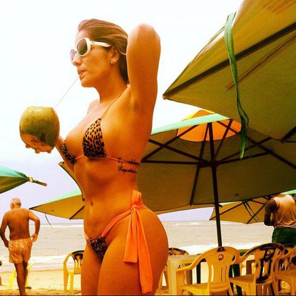 Ex-BBB Anamara exibe curvas em foto de biquíni