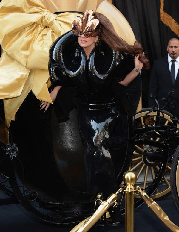 Lady Gaga usa saltão para evento e quase se machuca