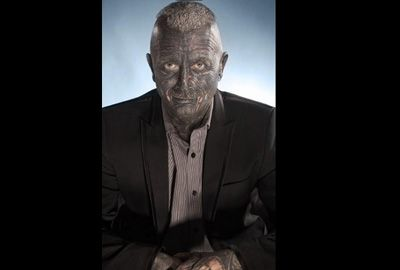 Professor que tem 90% do corpo tatuado tenta ser presidente da República Tcheca
