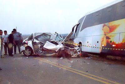 Táxi capota, bate em ônibus e mata indígena grávida em rodovia