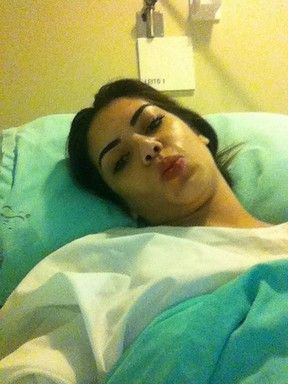 Graciella Carvalho posa após cirurgia íntima