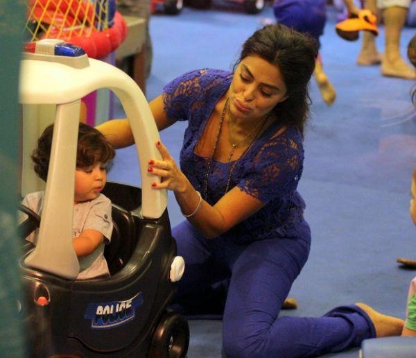 Ju Paes vira criança com o filho Pedro parque de shopping