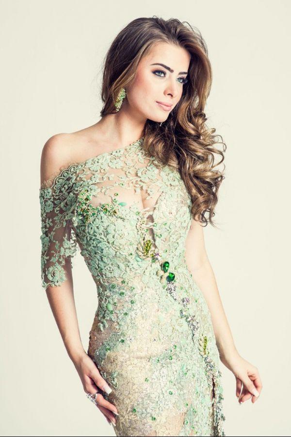Noiva de Latino usa vestido rendado e com transparência