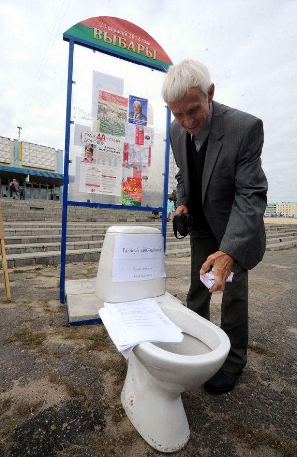 Ativistas usam privadas para pedir boicote em eleição em Belarus