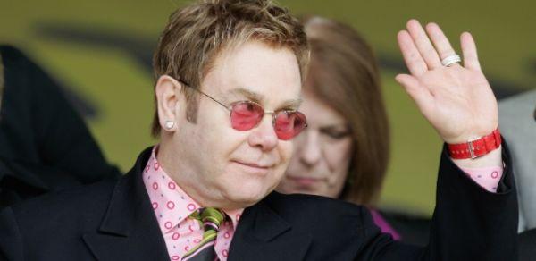 Elton John denuncia discriminação de prisioneiros soropositivos nos EUA