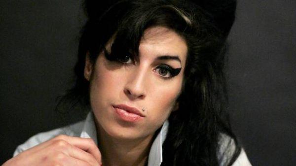 Família enterra cinzas de Amy Winehouse