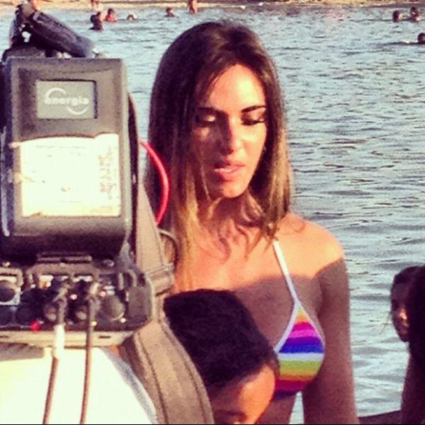 Nicole Bahls grava, de biquíni, no Piscinão de Ramos, no Rio